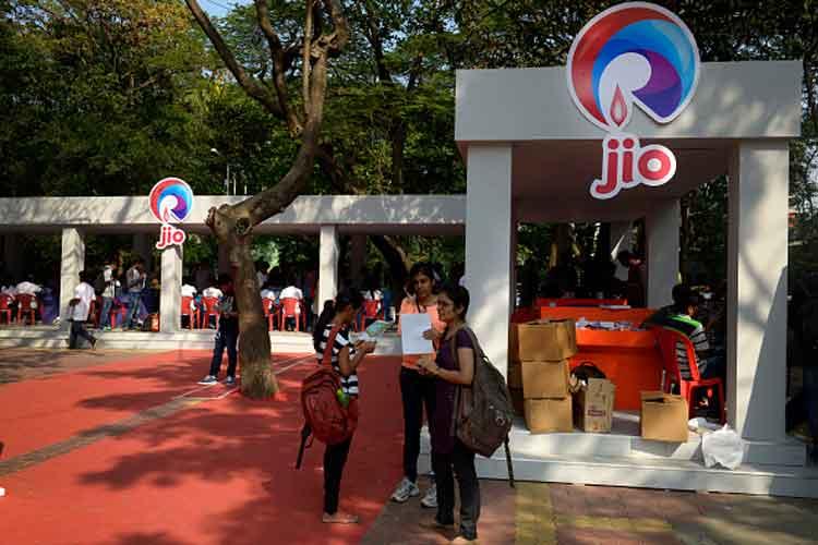 Jio दे रहा 3 महीने के लिए फ्री अनलिमिटेड 4G नेट और फोन कॉल्स!