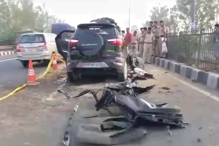 दिल्ली में तेज रफ्तार कार हुई हादसे का शिकार, छह युवकों की मौत
