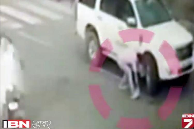 देखें: सड़क पर कुछ नोट गिरा टप्पेबाजों ने कारोबारी से लूटे 10 लाख, आप भी देखें कैसे?