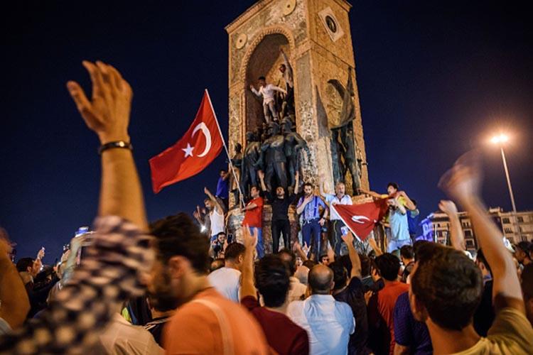 तस्वीरें: तुर्की में तख्तापलट की कोशिश, हर तरफ बस अफरातफरी