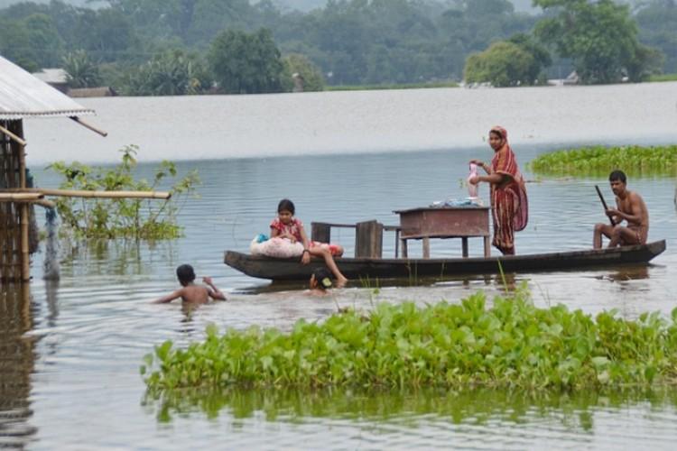 बाढ़ से तहस-नहस हुए हजारों आशियाने, 8 राज्यों के लाखों लोग बेघर