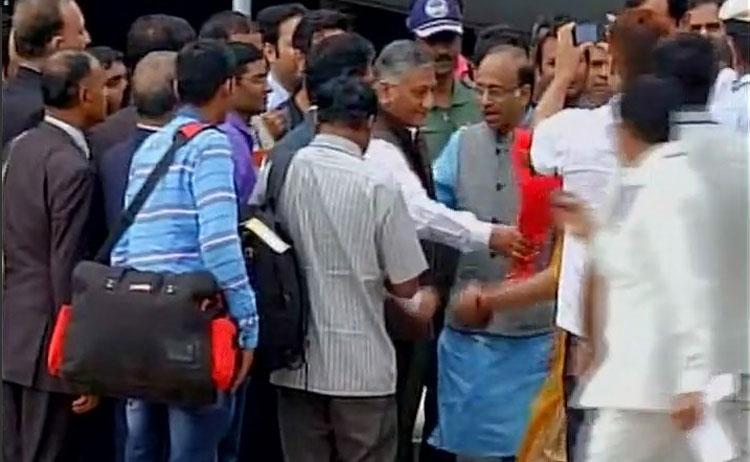 सूडान से दिल्ली पहुंचे 156 भारतीय, सुषमा ने