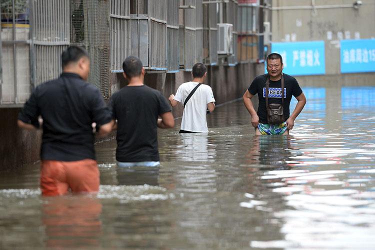 चीन में बाढ़ से बुरे हालात, 130 की मौत और कई लापता