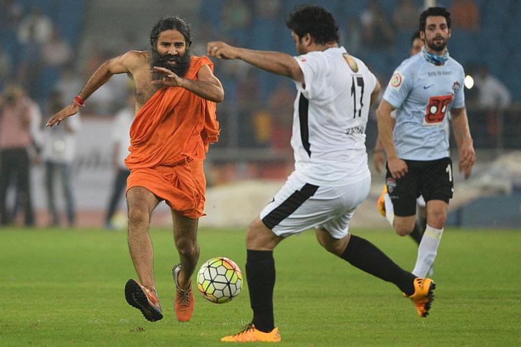 फुटबॉल के मैदान में ये क्या कर रहे हैं बाबा रामदेव, क्या है इन तस्वीरों का सच?