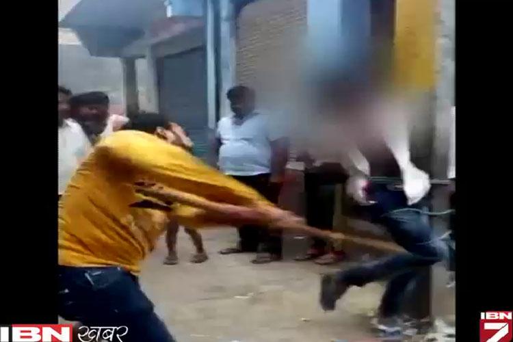 मोबाइल चोरी के आरोप में युवक को खंभे से बांधा, बरसाईं दनादन लाठियां