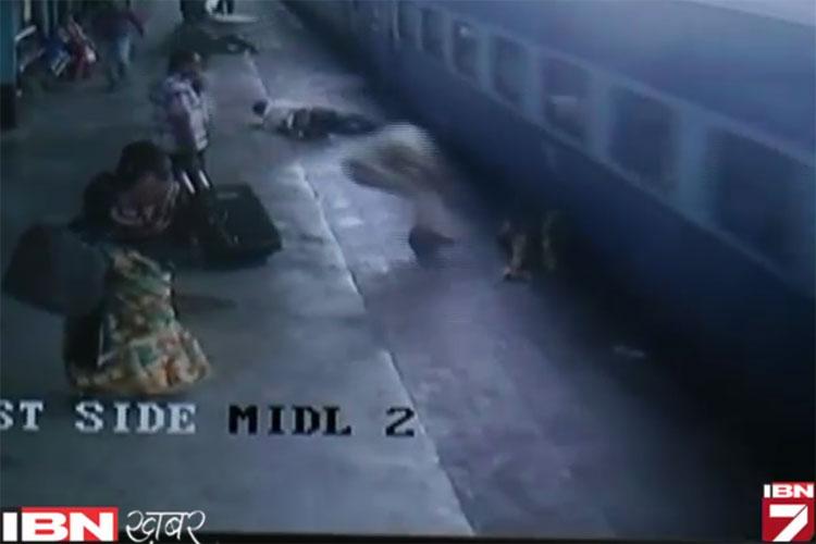 चलती ट्रेन से उतरने में हुआ हादसा, बाल-बाल बचे दो लोग