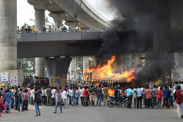 कावेरी विवाद में सुलगा कर्नाटक, बेंगलुरू में तनावपूर्ण शांति