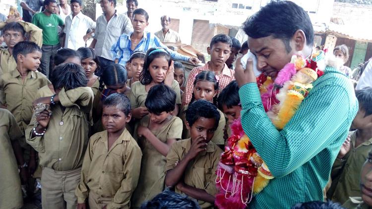 मत जाओ मास्टर जी! एक टीचर की विदाई पर रोया पूरा गांव...