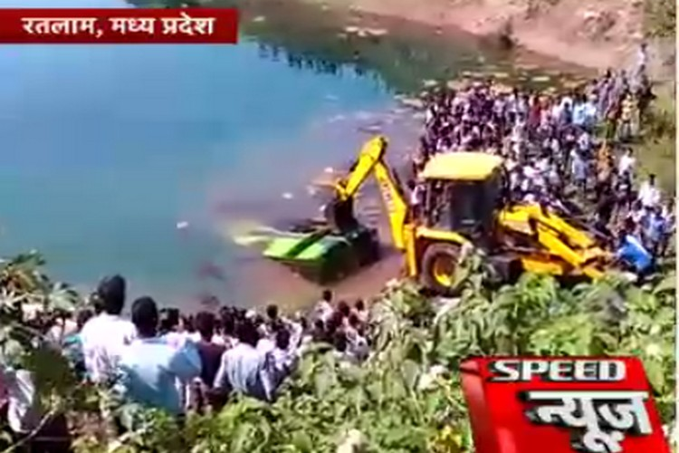 रतलाम: पानी से भरे खड्ड में गिरी बस, 13 मरे, 13 घायल
