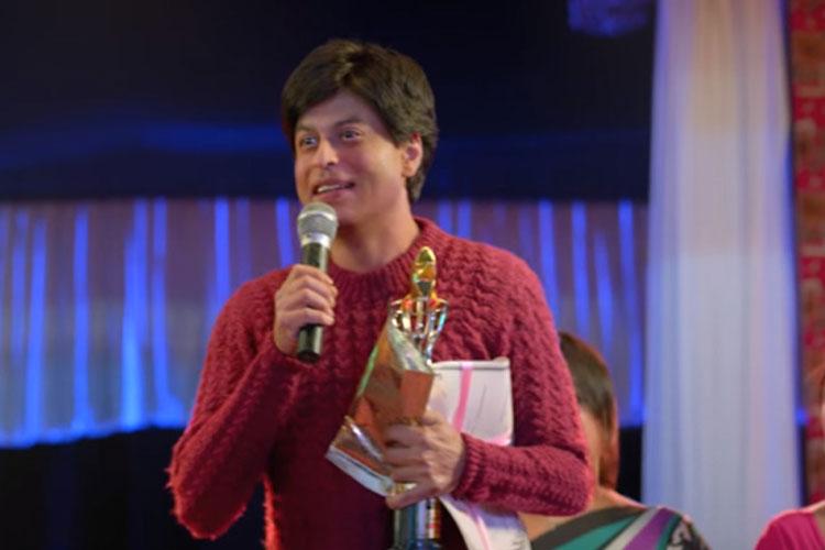 फैन: 15 अप्रैल 2016 को रिलीज हुई शाहरुख की फिल्म 'फैन' से लोगों को काफी उम्मीदें थीं, डबल रोल में शाहरुख को देखने के लिए लोग बेकरार थे, लेकिन दर्शक इसके फैन नहीं बन पाए। ये साल की फ्लॉप फिल्म साबित हुई। 105 करोड़ की बजट से बनी ये फिल्म बड़ी मुश्किल से 85 करोड़ की कमाई कर पाई।