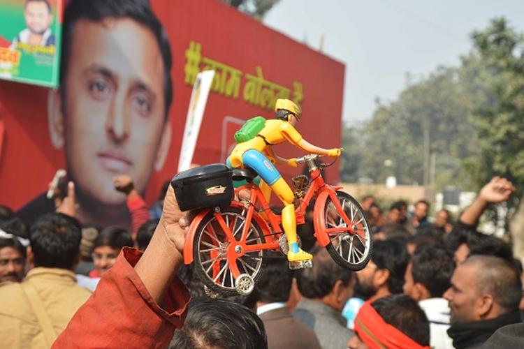चुनाव चिह्न को लेकर अखिलेश की नई रणनीति? मुलायम गुट को लगेगा झटका..!