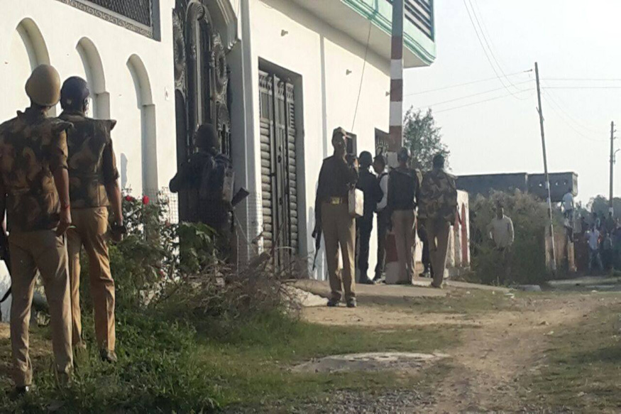 घर में छिपे आतंकियों को जिंदा पकड़ने की कोशिश, इलाके की बिजली काटी गई