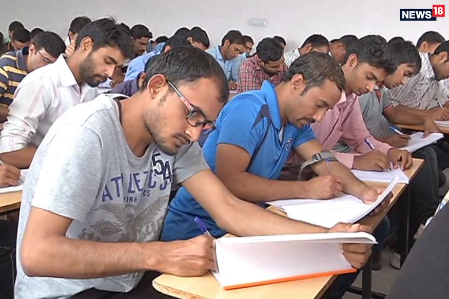 फोटो- जयपुर में प्रतियोगी परीक्षाओं की तैयारी करते बेरोजगार युवा.