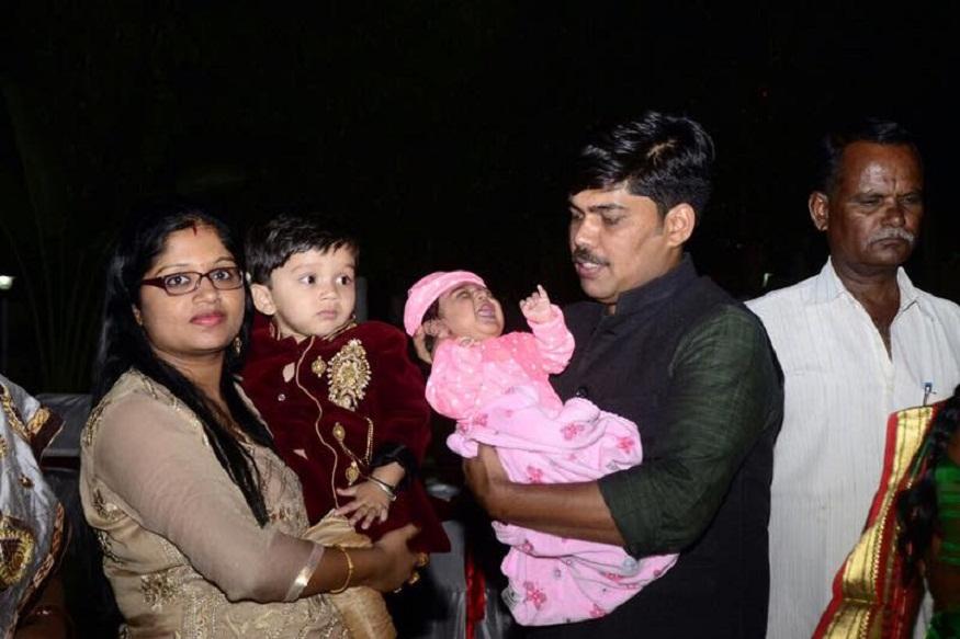 पत्नी और बच्चों के साथ सरायकेला के आईएएस रमेश घोलप.