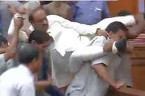 दिल्ली विधानसभा में कोहराम, नेता विपक्ष को कंधों पर उठा ले गए मार्शल!