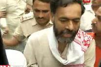 देखें: कैसे योगेंद्र यादव को ले गई दिल्ली पुलिस!