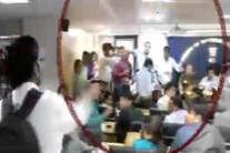 देखें: भरी प्रेस कांफ्रेंस में केजरीवाल पर कैसे उछाला गया जूता