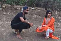 पत्नी संग शेरों के करीब पहुंच गए रविंद्र जडेजा, फोटो सामने आने पर बवाल