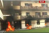 देखें, गुस्से की आग में जला बैंक्वेट हॉल, केयर टेकर पर चले लात घूंसे...