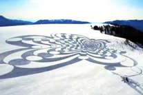बर्फीले पहाड़ पर अपने कदमों से बनाई अनोखी कलाकृति, देखें अचंभित करने वाली ये तस्वीरें!