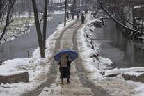बर्फबारी ने वादियों को ओढ़ाया खूबसूरती का लिहाफ, तस्वीरों में देखें कश्मीर