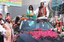 सपा के समर्थन में एक्ट्रेस महिमा चौधरी ने किया रोड शो, बोलीं- अखिलेश का काम बोलता है