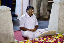इन तस्वीरों के बाद आया तमिलनाडु में राजनीतिक भूचाल
