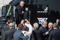 व्हाइट-हाउस में देखते रह गए लोग और ट्रक से ही निकल पड़े ट्रंप..!