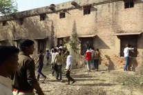 तस्वीरों में देखें- कैसे योगी राज में यूपी में धड़ल्ले से हो रही है नकल, बिहार को भी पीछे छोड़ा