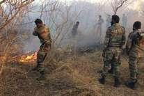 जंगल बचाने को जान जोखिम में डाल आग बुझाने में जुटे फौजी, हेलीकॉप्टर से भी मदद