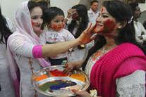 देखें: सरहद पार पाकिस्तान में ऐसे मनाई गई होली