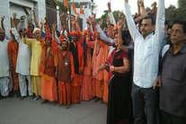 देखें: गोरखपुर से काशी तक कैसे योगी समर्थकों ने मनाया जश्न