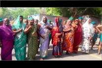 PHOTOS: दिल्ली में साड़ी पहन कर विरोध कर रहे तामिलनाडु के किसान