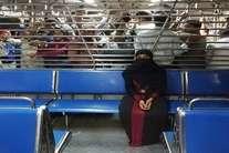 देखें तस्वीरें :  कुछ यूं सफर कटता है मुंबई की लोकल ट्रेन में महिलाओं का