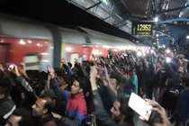 रतलाम स्टेशन पर ट्रेन से बाहर नहीं निकले शाहरुख, रात ढाई बजे भारी हंगामा