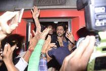 'रईस' की ट्रेन सवारी देखने गए फैन की मौत, शाहरुख ने जताया दुख