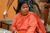 उमा भारती को महाकाल पर जल चढ़ाने से रोका गया, धरने पर बैठीं