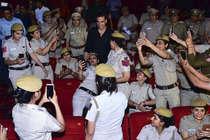 ...जब अक्षय कुमार को देख बेकाबू हुईं पुलिसवालियां!