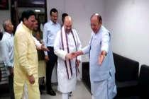 तस्वीरों में देखिए, इस अंदाज में कांग्रेस नेता वाघेला से मिले अमित शाह