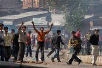 कश्मीर में मुठभेड़ के दौरान पथराव में 63 जवान जख्मी