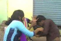 योगी राज : हमीरपुर में मनचले की चप्पल और लात-घूंसों से सरेआम धुनाई