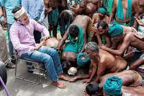 यूरिन पीने वाले प्रदर्शनकारी किसानों से मिले तमिलनाडु के सीएम