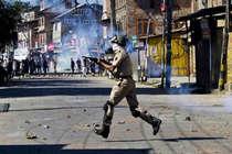 कश्मीर में पुलिस स्टेशन पर ग्रेनेड हमला, एक नागरिक की मौत
