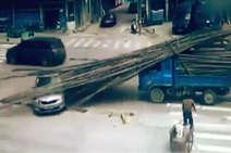 देखें: ट्रक पर रखी बांस की बल्लियां घूसीं कार में