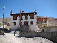 किब्बर गांव को दुनिया का सबसे ऊंचा गांव माना जाता है. समुद्र तल से 4850 मीटर की ऊंचाई पर बसा यह गांव हिमाचल प्रदेश के स्पीति घाटी में है. प्रदेश की राजधानी शिमला से तकरीबन 430 किलोमीटर दूर किब्बर गांव में कई बौद्ध मठ हैं. किब्बर में बनी मॉनेस्ट्री सबसे ऊंचाई पर बनी है.