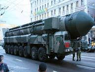 शीतयुद्ध के बाद से रूस को सैन्य रूप से कमजोर माना जाने लगा, लेकिन सीरिया के संघर्ष ने साफ कर दिया है कि रूस सैन्य रूप से बहुत ताकतवर है. रूस के पास ऐसे कई हथियार हैं जो मॉस्को को फिर से सुपरपावर बना सकते हैं. आगे की स्लाइड्स में जानें, रूस के इन सबसे खतरनाक हथियारों के बारे में. (फोटो Getty Images से)