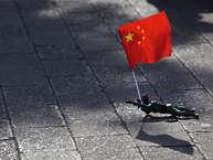 चीन की बढ़ती ताकत से सभी देश परेशान हैं. चाइना अमेरिका को आंखें दिखाता है, तो पड़ोसियों भारत, वियतनाम, जापान, फिलीपींस, ताइवान को दबाकर रखना चाहता है. ऐसे में ये जानना जरूरी है कि आखिर चीन की ताकत कितनी है. आइए जानते हैं कितनी सैन्य ताकत है चीन के पास और भारत कहां ठहरता है इसके आगे.