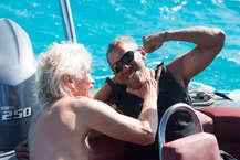 अमेरिका के पूर्व राष्ट्रपति बराक ओबामा अपने रिटायरमेंट के दिनों का जमकर लुत्फ उठा रहे हैं. आजकल ओबामा ब्रिटेन के वर्जिन आईलैंड में उद्यमी रिचर्ड ब्रैनसन के साथ वाटर  स्पोर्ट्स का मजा ले रहे हैं. इसी दौरान ओबामा ने एक नए शौक पर अपने हाथ आजमाया है. ये शौक है- काइटसर्फिंग. वर्जिन ग्रुप के मालिक और अरबपति रिचर्ड ब्रैसनन ने ओबामा  की एक फोटो ट्वीट की है. बराक और मिशेल इस समय ब्रैसनन के ही ब्रिटिश वर्जिन आइलैंड पर अपनी छुट्टियां बिता रहे हैं. ओबामा और ब्रैसनैन के बीच काइटसर्फिंग का वीडियो खूब  वायरल भी हो रहा है. (PHOTOS : AFP)