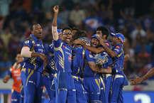 IPL-10 की फाइनल फाइट में मुुंबई इंडियंस की जीत के बाद जमकर धन बरसा. जहां विनिंग टीम को शानदार तोहफा मिला तो वहीं प्लेयर्स को भी उनके रिकॉर्ड्स और अचीवमेंट्स के लिए बेहतरीन प्राइज मिले.