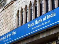 देश का सबसे बड़ा सरकारी बैंक भारतीय स्टेट बैंक अपने लाखों ग्राहकों की सेवाओं को लेकर एक बड़ा बदलाव करने जा रहा है. दरअसल, एसबीआई ने सर्विस चार्ज को लेकर 1 जून से नये नियम लागू करने जा रहा है. आइए जानते हैं कौन से हैं वो बदलाव.